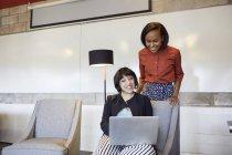 Бізнес-леді працює в зал з ноутбуком — стокове фото