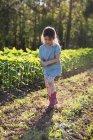 Молодая девушка ходит по ферме, держась за руки — стоковое фото
