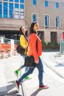 Donne che camminano in città, Milano, Italia — Foto stock