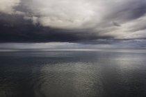 Lac et ciel orageux spectaculaire, Oshawa, Canada — Photo de stock