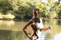 Счастливые молодые женщины, запустив озеро в парке — стоковое фото
