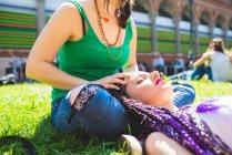 Frau mit Freund Kopfmassage auf Rasen, Mailand, Italien — Stockfoto