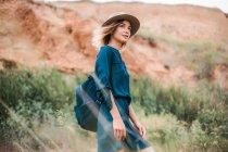 Femme en milieu rural en regardant la vue — Photo de stock