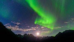 Paisagem de montanha e aurora boreal à noite, Narsaq, Vestgronland, sul da Gronelândia — Fotografia de Stock