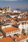 Красиві Лісабон дахи і річки Тахо розглянений з Санта Хуста підняти, Португалія — стокове фото