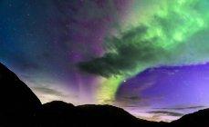 Aurora borealis sur la silhouette des montagnes, Narsaq, Vestgronland, Groenland — Photo de stock