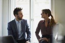 Два колегам говорити лицем до лиця в офісі — стокове фото
