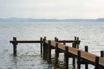 Vue de jetée en bois sur le lac — Photo de stock