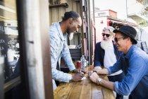 Вид сбоку на продавцов, платящих клиентам — стоковое фото