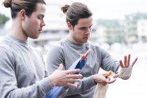 Identische männliche Boxer beim Training im Freien — Stockfoto