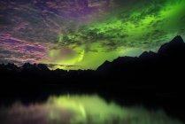 Aurora Boreal acima cordilheiras, Narsaq, Vestgronland, Greenland — Fotografia de Stock