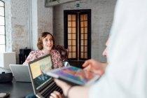 Колеги, використовуючи ноутбуків і цифровий планшетний — стокове фото