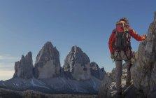 Hiker enjoying view, Dolomites near Cortina d'Ampezzo, Veneto, Italy — Stock Photo