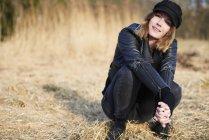 Жінка в Кап, Скрадливий на поле соломи — стокове фото