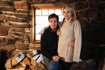 Portrait de couple souriant à la caméra dans une maison rustique — Photo de stock