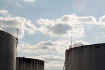 Перегляд один Силосні башти з промислового pipings — стокове фото