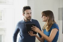 Два колеги в офісі, використовуючи цифровий планшетний — стокове фото