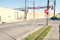 Banner mit Jahreszeiten-Grüßen in trostloser Nachbarschaft — Stockfoto