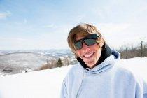 Портрет молодого человека в солнечных очках, улыбающегося в камеру — стоковое фото