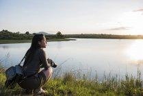 Молодая туристка с видом на реку в Национальном парке Крюгер, ЮАР — стоковое фото