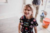 Portrait de jeune fille souriant à la caméra — Photo de stock