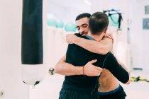 Друзья-мужчины обнимаются в спортзале — стоковое фото