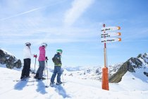 Mother with daughter and son on skiing holiday, Hintertux, Tirol, Austria — Stock Photo