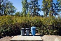 Caixas de reciclagem colocadas em fila ao ar livre — Fotografia de Stock