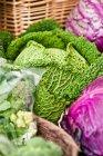Vista de la col fresca en el mercado de agricultores - foto de stock
