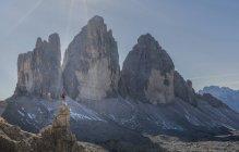 Escursionista con vista, Dolomiti vicino a Cortina d'Ampezzo, Veneto, Italia — Foto stock