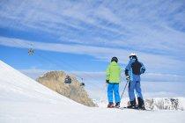 Vista posteriore del padre e del figlio a vacanze di sci, Hintertux, Tirol, Austria — Foto stock