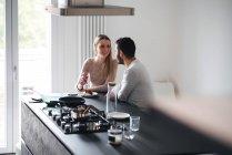 Paar sitzt in Küche im Frühstücks-bar — Stockfoto