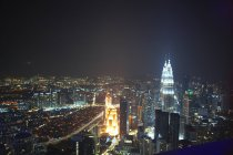 Paesaggio urbano, illuminato di notte, Kuala Lumpur, Malesia — Foto stock