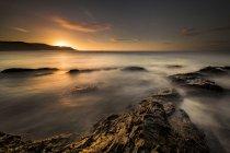 Vista panorámica de capilla de roca en la puesta del sol, Perranporth, Cornwall, Inglaterra - foto de stock
