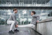 Les jeunes jumeaux masculins s'entraînent et font des pompes inversées — Photo de stock