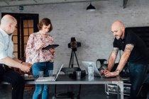 Колеги бюро за допомогою цифрових планшетного ПК і ноутбуків — стокове фото