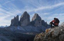 Randonneur avec vue, Dolomites, près de Cortina d'Ampezzo, Vénétie, Italie — Photo de stock