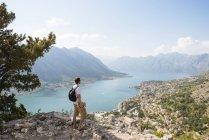 Randonneur sur la montagne en regardant loin mer, Kotor, Montenegro, Europe — Photo de stock