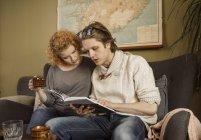 Paar auf der Suche im Buch und Kaffee zusammen trinken — Stockfoto