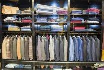 Linhas de jaquetas de terno na loja de alfaiates tradicional — Fotografia de Stock