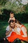 Coppia giovane con bambina in giardino — Foto stock