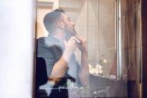 Vista attraverso il vetro di uomo rasatura — Foto stock