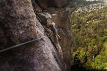 Vista laterale dell'uomo che si arrampica al Capo, Squamish, Canada — Foto stock