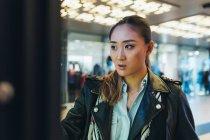 Женщина ищет освещенной магазин окна — стоковое фото