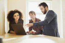 Ділові люди в офісі, використовуючи ноутбук — стокове фото