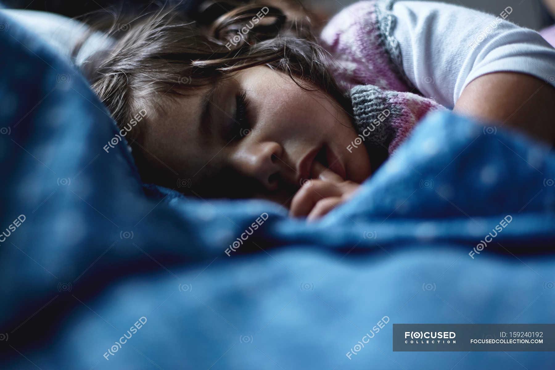 Спящей засунули член в рот, Брат засунул хуй в рот пьяной спящей сестре блондинке 22 фотография