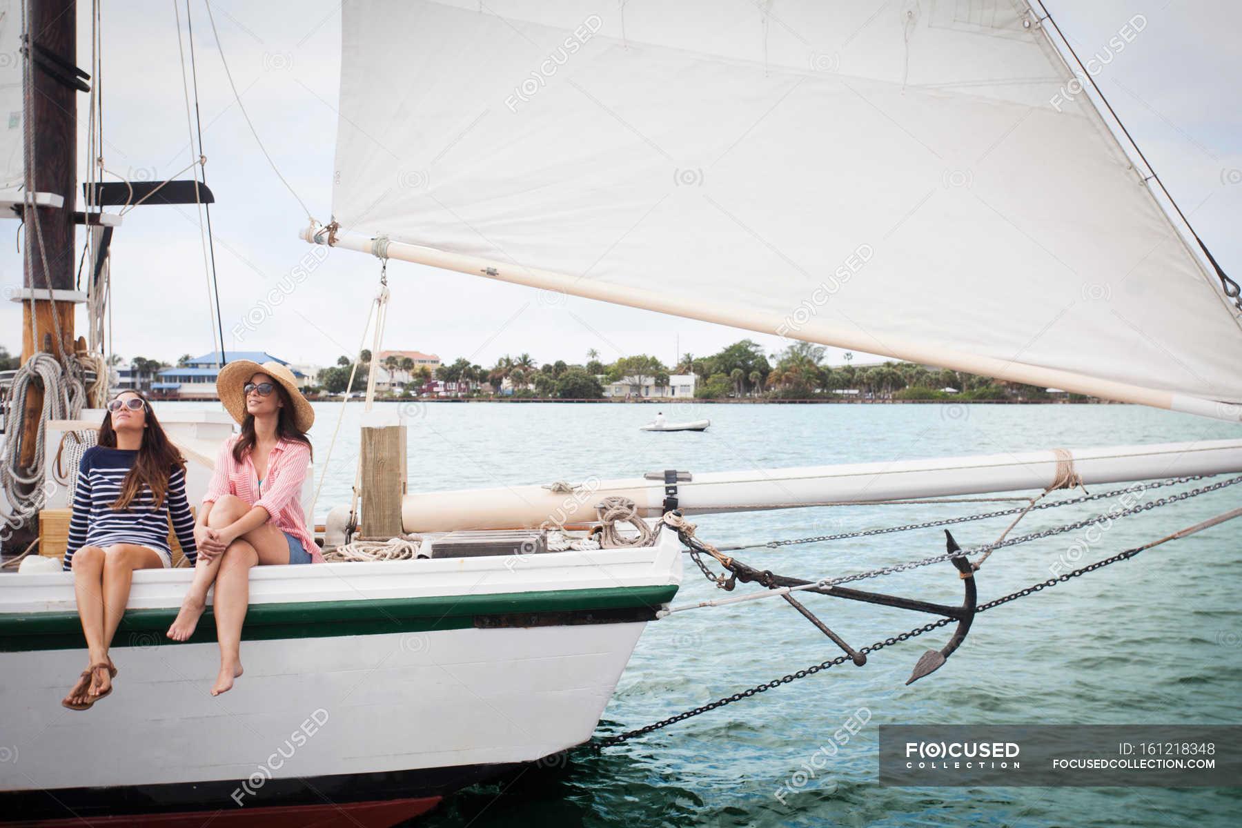 Фото двох у човні