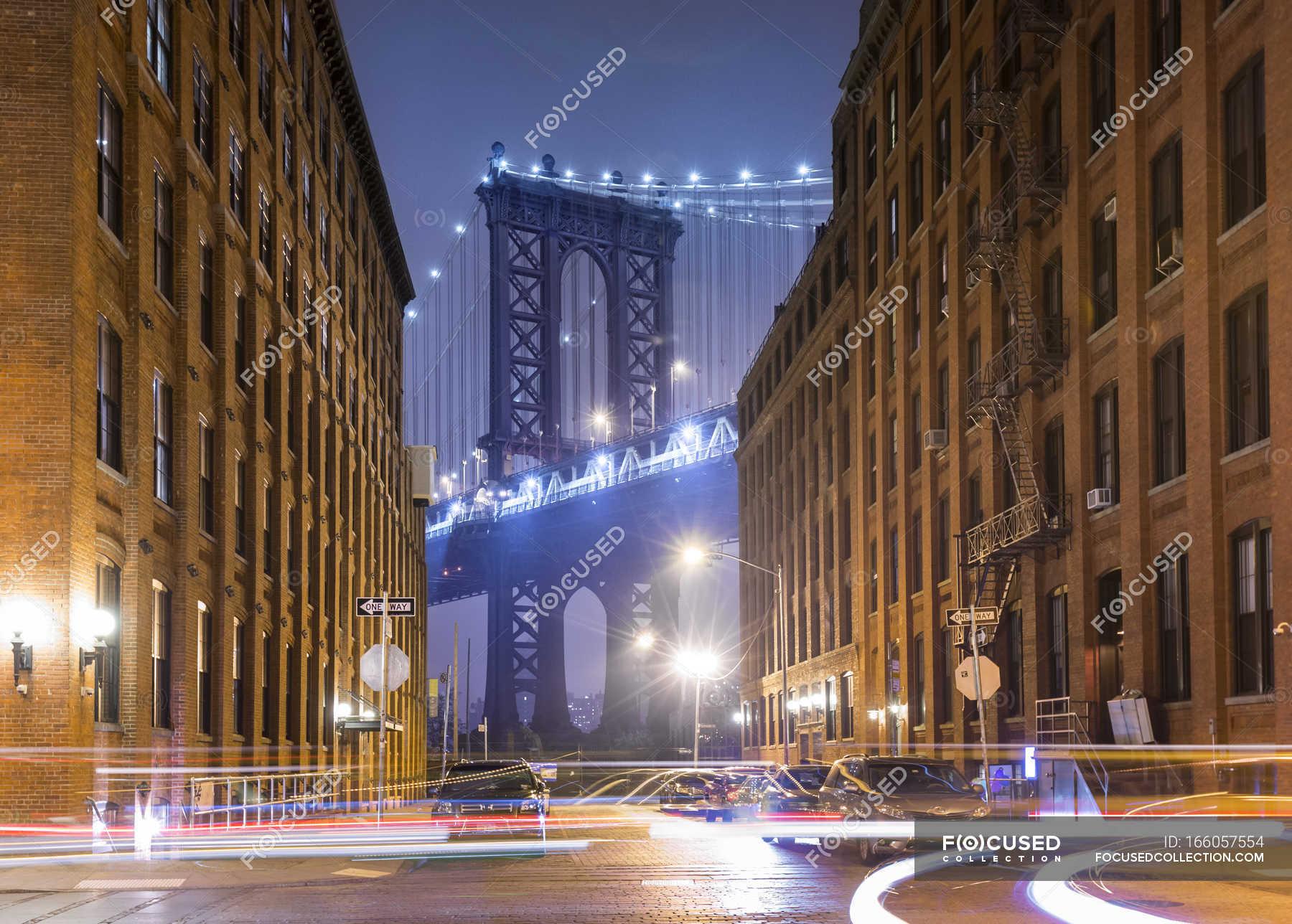 Manhattan Bridge and city apartments at night, New York ...