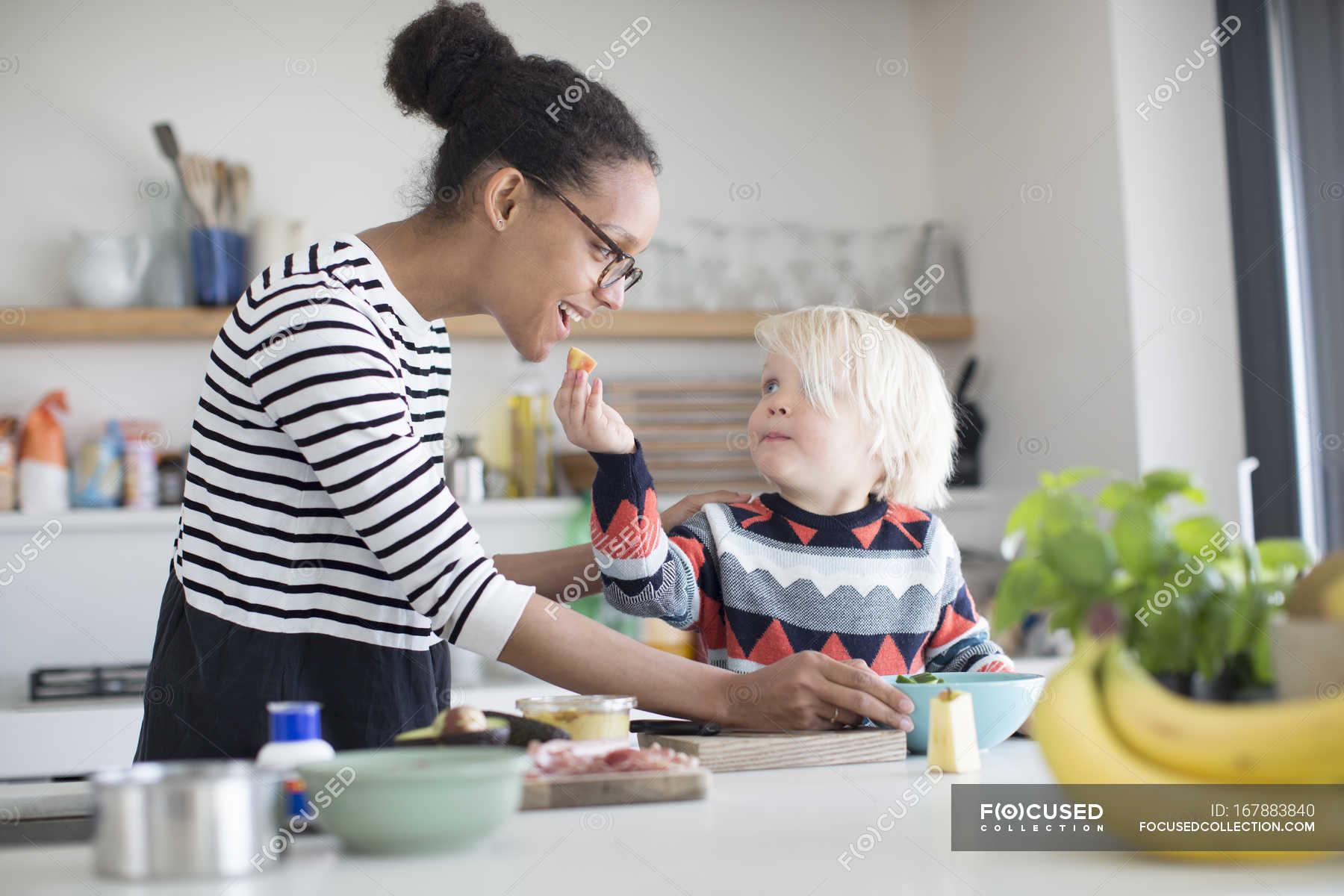 Сын трахнув маму в попу на кухни, Сын ебет маму в жопу на кухне - порно видео онлайн 9 фотография