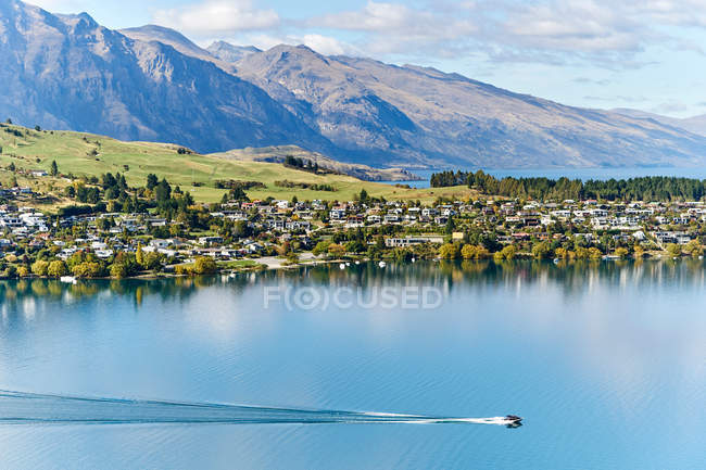View lake and Queenstown on horizon — Stock Photo